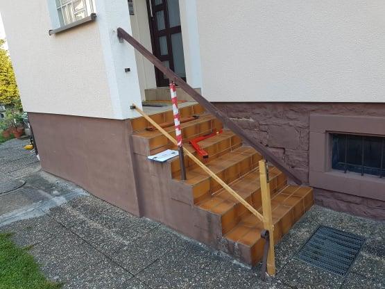 Alte Handlaufbefestigungen mit provisorischem Handlauf aus Holz