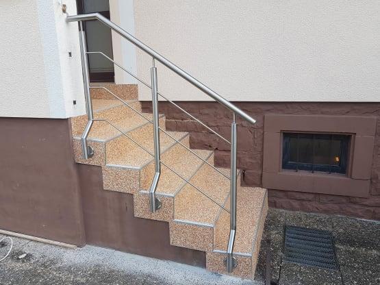 Handlauf gefertigt aus geschliffenem Edelstahl nach Erneuerung der Treppe