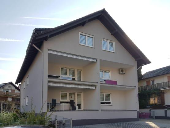 Hausfassade ohne Balkongeländer
