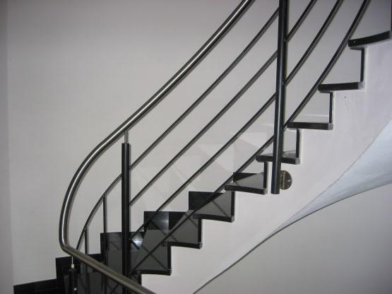 Treppengeländer aus Edelstahl mit Füllstäben an Treppensteigung angepasst