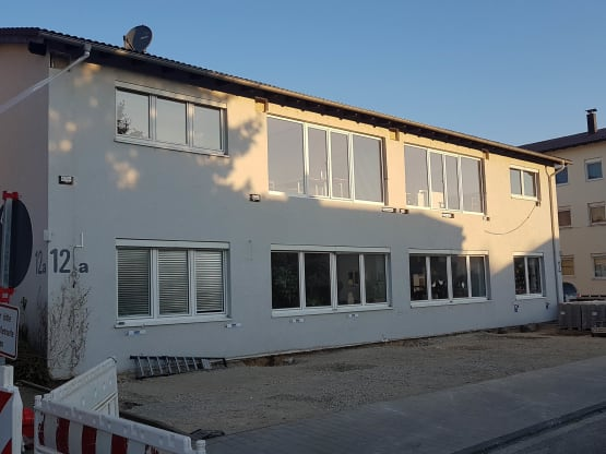 Hausfassade vor Erneuerung mit Konsolen zur Anbindung des Balkons