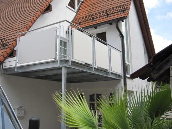 Stahlbalkon feuerverzinkt mit Faserzementbelag und feuerverzinktem Geländer mit Trespaplatten