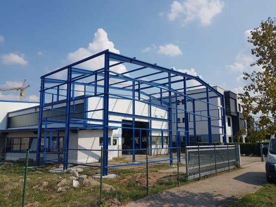 Anbau einer Stahlhalle