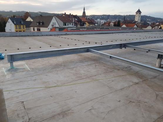 Unterkonstruktion feuerverzinkt für ein Klimagerät auf einem Flachdach