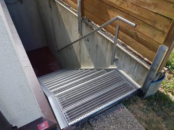 Stahltreppe feuerverzinkt mit Gitterroststufen