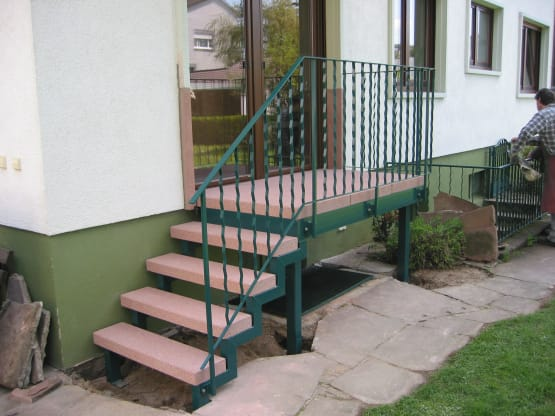 Zweiholmtreppe duplexbeschichtet mit Steinstufen und Geländer mit Zierstäben