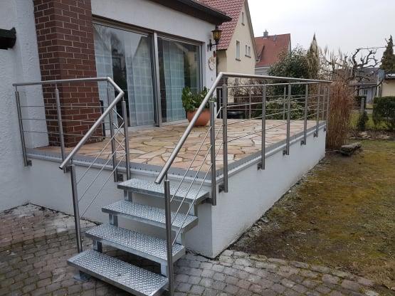 Zweiholmtreppe gefertigt aus feuerverzinktem Stahl mit Lochblechstufen