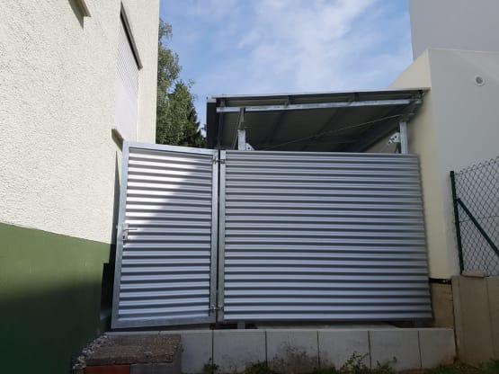 Sichtschutzzaun mit Aluwellblech und Rohrrahmentür