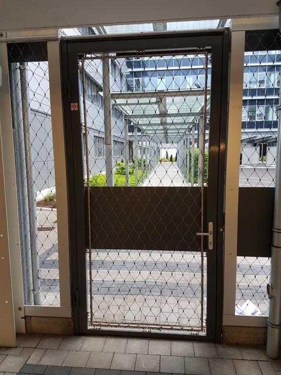 Zugangstor zu Parkhaus duplexbeschichtet RAL 7016 mit Edelstahlnetz