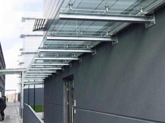 Vordach feuerverzinkt mit Glaseindeckung über Punkthalter